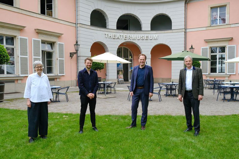 Vor dem Theatermuseum im Hofgärtnerhaus: (v. r.) Hans-Georg Lohe, Oberbürgermeister Dr. Stephan Keller, Sascha Förster und Anne Blankenberg. (Foto: Stadt Düsseldorf)