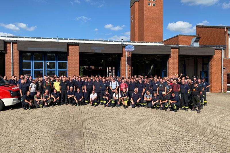 Die insgesamt 181 Einsätzkräfte der 5. Feuerwehrbereitschaft. (Foto: Niklas Fink)