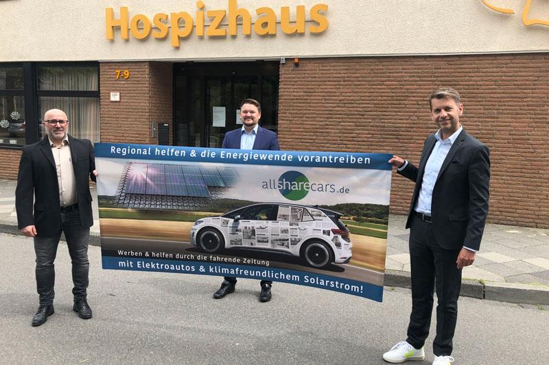 Luca Buono, Marian Pokuta und Dennis Weilmann vor dem Hospiz Wolfsburg. (Foto: Stadt Wolfsburg)