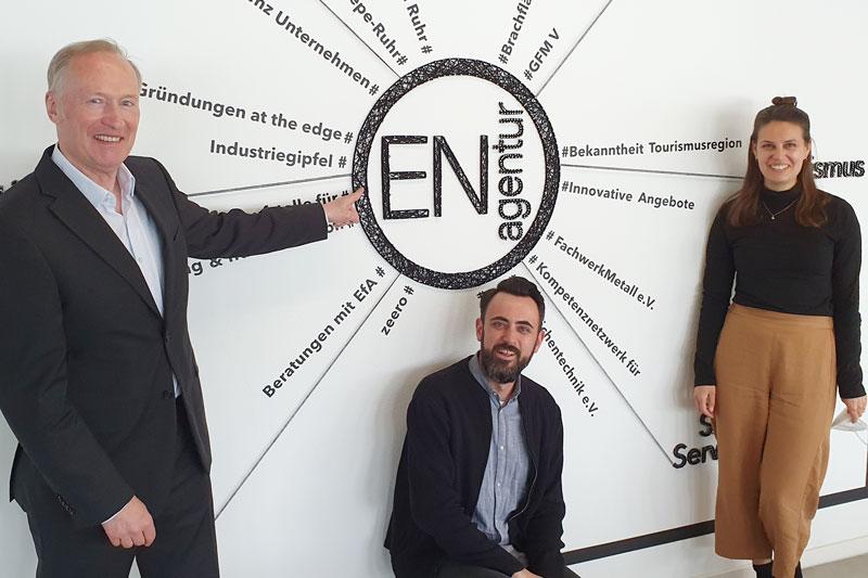 Michael Vogelsang von der Volksbank Sprockhövel mit Dietrich Dinges und Kathrin Peters von der Wirtschaftsförderungsagentur Ennepe-Ruhr (v. l. n. r.). (Foto: Ennepe-Ruhr-Kreis)