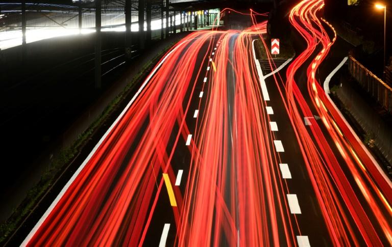 Deutsche Autofahrer informieren sich vor allem per Radio über Staus (© 2021 AFP)