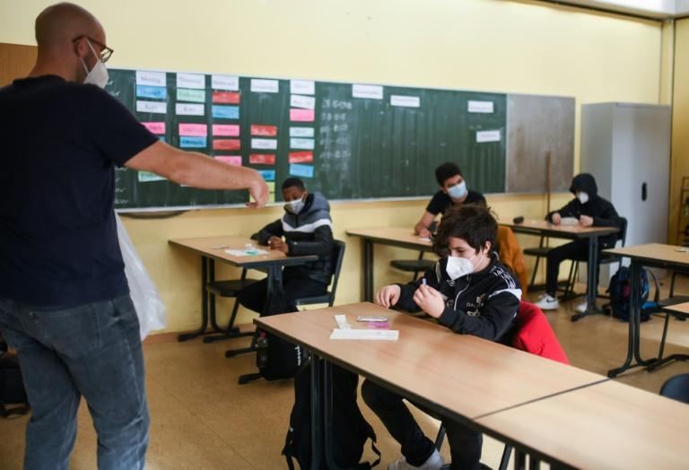 Ärztepräsident fordert tägliche Corona-Tests an Schulen (© 2021 AFP)