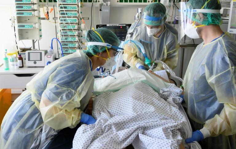 Krankenhausbehandlungen auch in dritter Pandemiewelle zurückgegangen (© 2021 AFP)