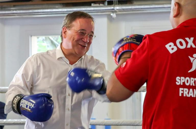 Laschet demonstriert Kampfeswillen im Boxring (© 2021 AFP)
