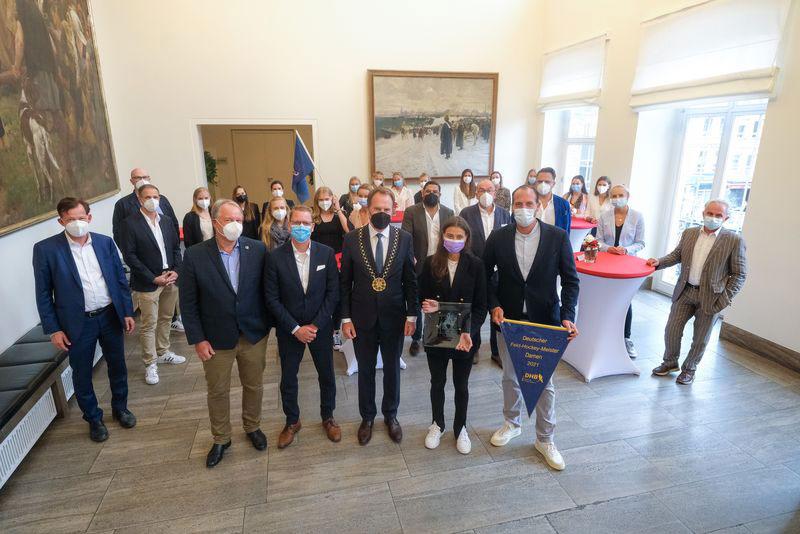 Oberbürgermeister Dr. Stephan Keller hat die DHC-Mannschaft im Jan-Wellem-Saal des Rathauses empfangen. (Foto: Stadt Düsseldorf)
