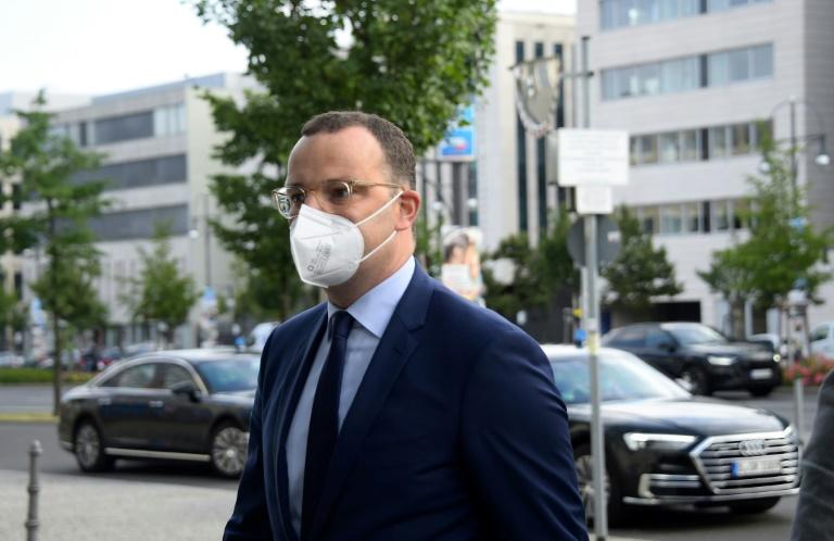 Sogenannte Querdenker bedrängen Auto von Bundesgesundheitsminister Spahn (© 2021 AFP)