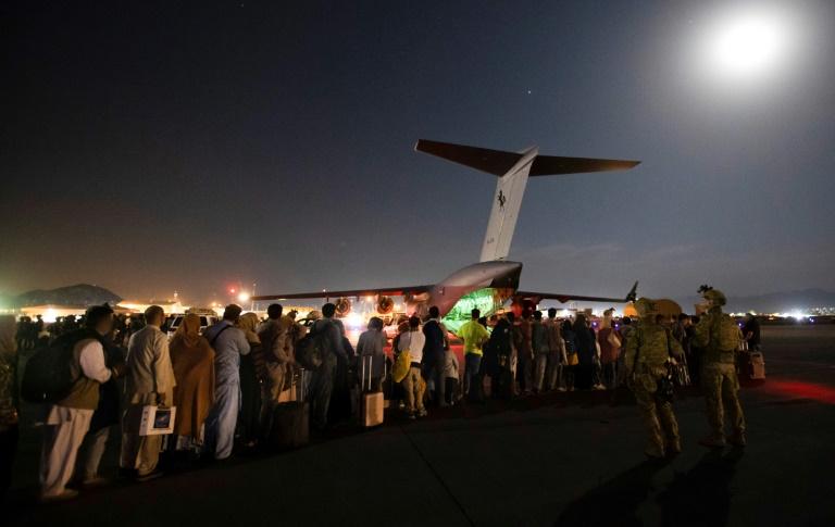 Bundeswehr setzt Evakuierungsflüge aus Kabul trotz dramatischer Lage fort (© 2021 AFP)