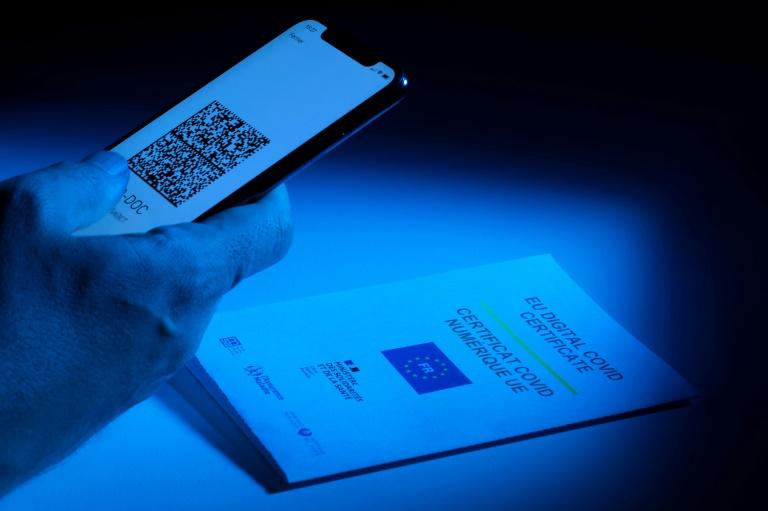 Apotheken stellen ab sofort digitale Corona-Genesenenzertifikate aus (© 2021 AFP)