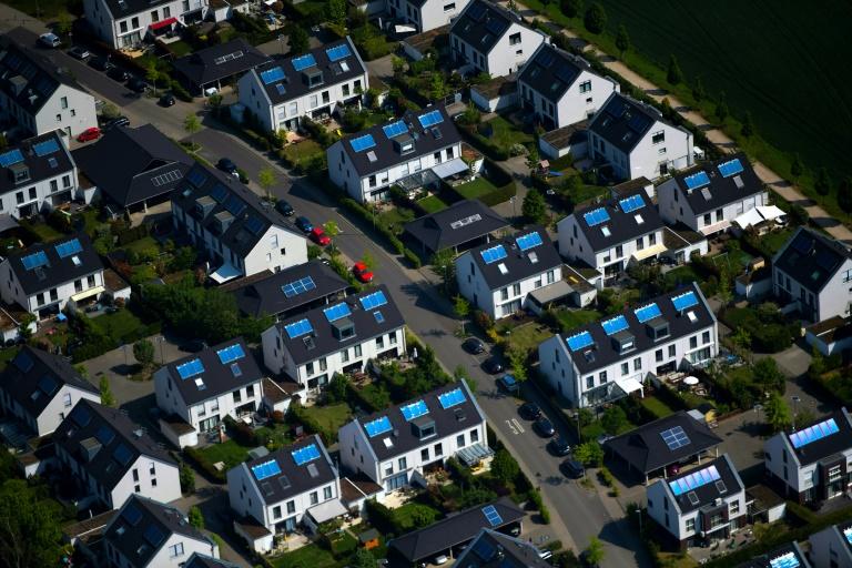 Studie: Viel ungenutzter Platz für Solaranlagen auf den Dächern deutscher Großstädte (© 2021 AFP)