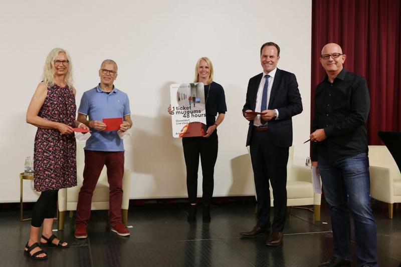 Der Bürgerinnen- und Bürgerrat überreichte seine Leitlinien an Oberbürgermeister Dr. Stephan Keller. (Foto: Stadt Düsseldorf)