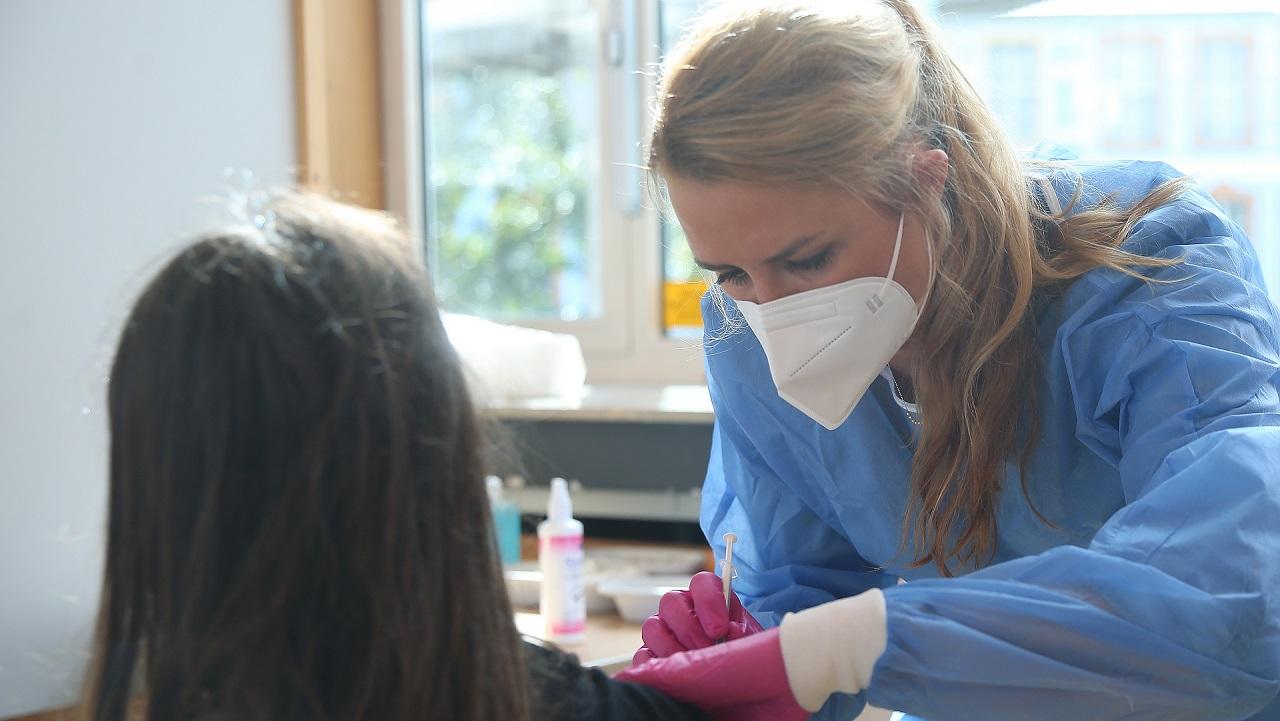 Ein Kind wird von der Ärztin Sabine Stüeken (40) mit Biontech geimpft (Foto: Stadt Düsseldorf/David Young)