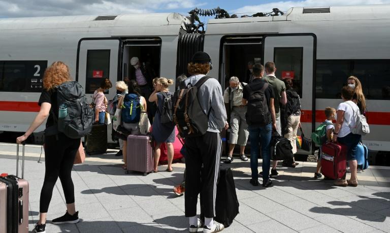 Umfrage: Fast zwei Drittel der Deutschen würden 3G-Regel in Zügen befürworten (© 2021 AFP)