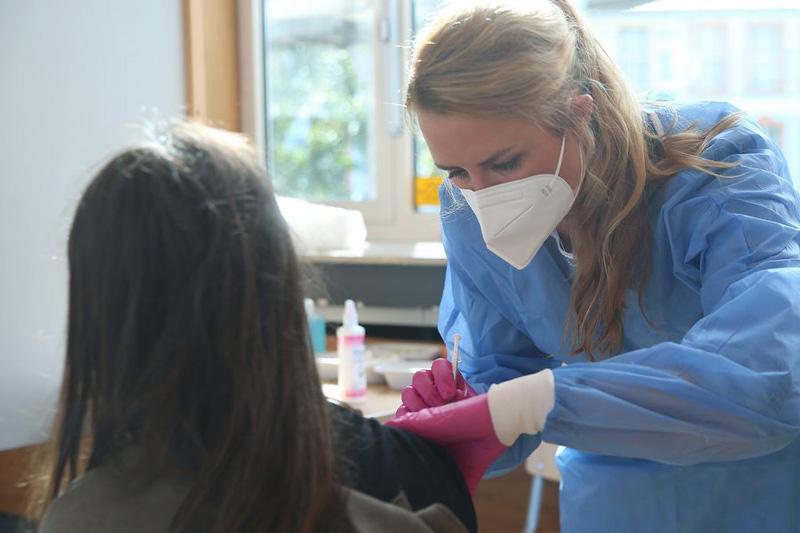 Ein Kind wird von der Ärztin Sabine Stüeken (40) mit Biontech geimpft. (Foto: Stadt Düsseldorf)