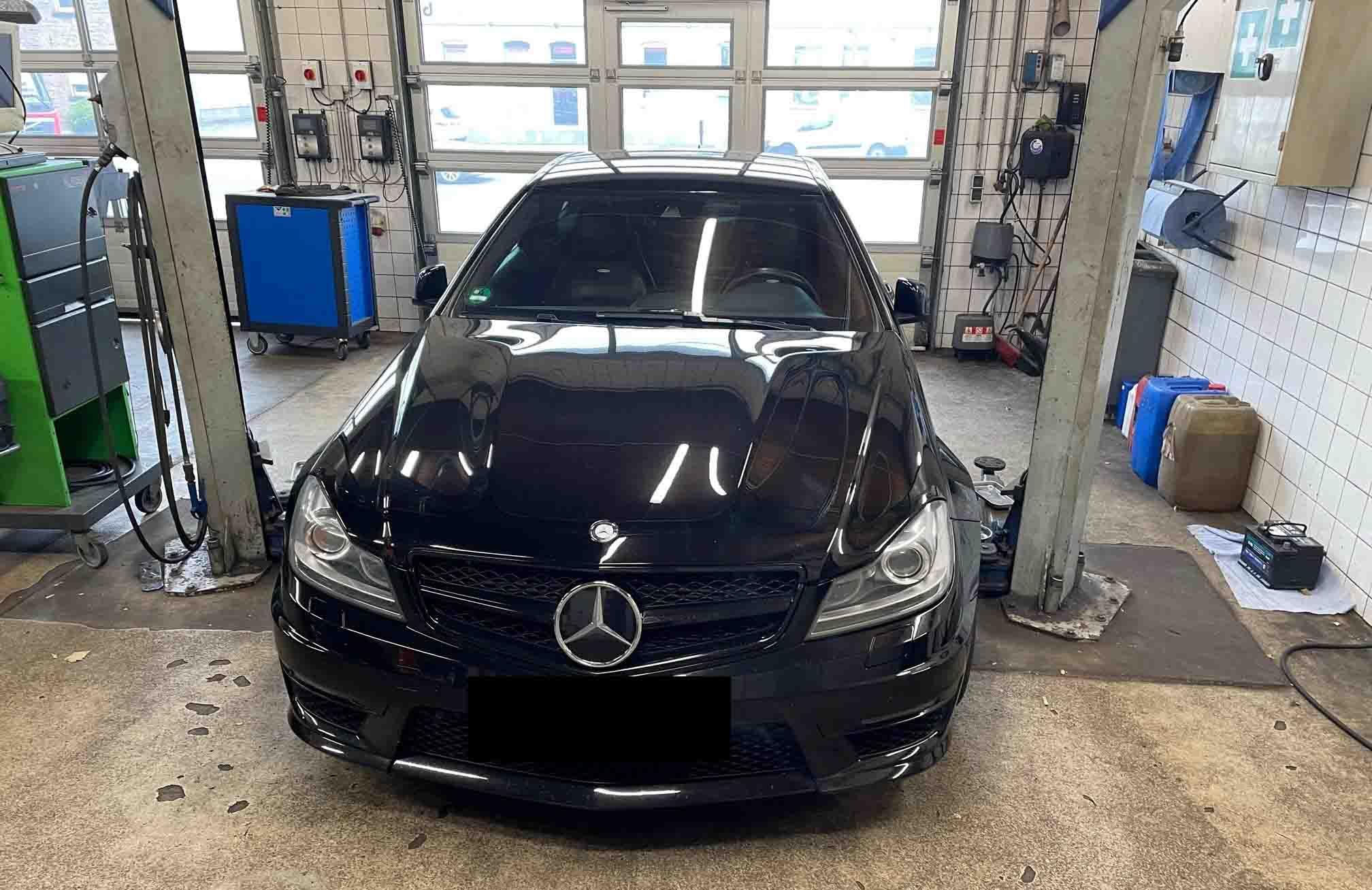 Beschlagnahmter Mercedes AMG (Foto: Polizei Düsseldorf)
