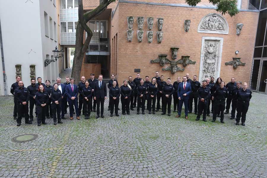 Oberbürgermeister Dr. Stephan Keller und die Beigeordneten Christian Zaum und Dr. Michael Rauterkus begrüßten neue Mitarbeiter und neue Auszubildende (Foto: Stadt Düsseldorf, David Young)