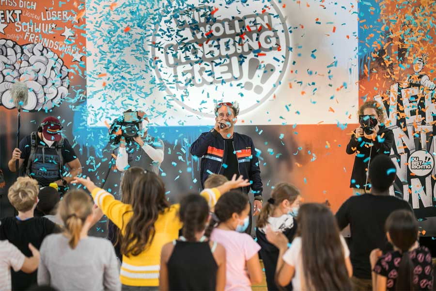 KiKA-Moderator Tom Lehel klärte die Kinder der 3. und 4. Klasse der Hermann-Gmeiner-Grundschule über Mobbing auf (Foto: Tom Lehel s WIR WOLLENMOBBINGFREI!!/Dominik Sommerfeld)