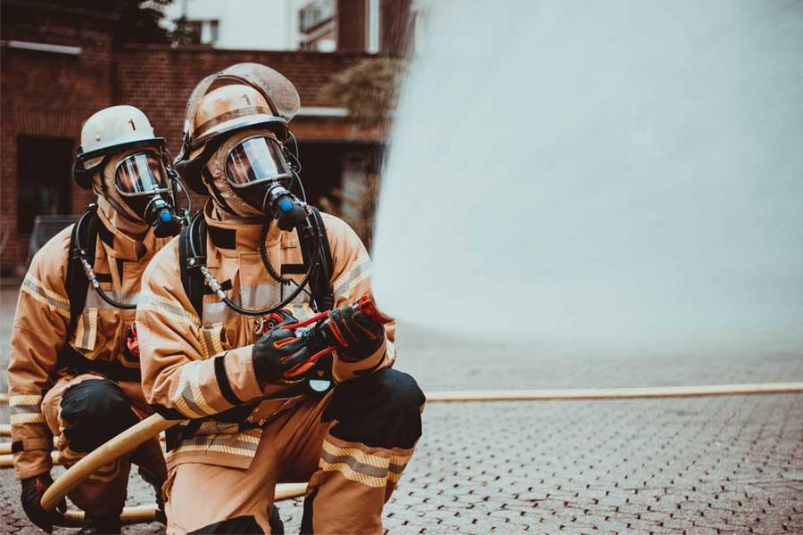 Die richtige Handhabung des Strahlrohrs ist nur ein kleiner Teil der Feuerwehrgrundausbildung (Foto: Stadt Düsseldorf/Feuerwehr)