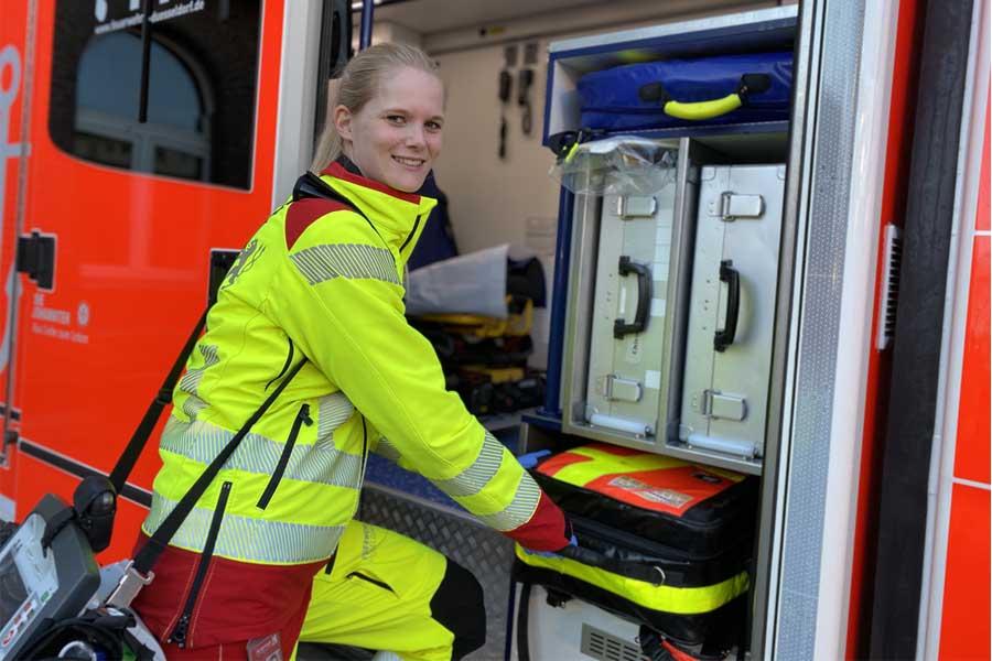 In der Grundausbildung und auch im späteren Einsatz für Düsseldorf gehört der Rettungsdienst zur Feuerwehrarbeit (Foto: Düsseldorf/Feuerwehr)