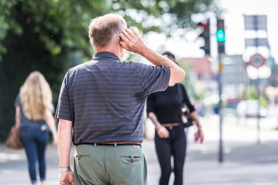 Wer sich im Straßenverkehr sicher bewegen will, braucht ein gutes Gehör und sollte es auch regelmäßig überprüfen lassen (Foto: Bundesinnung der Hörakustiker/Olaf Malzahn)