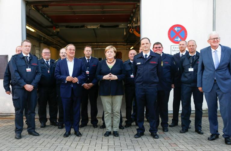 Merkel und Laschet treffen nach Flutkatastrophe Feuerwehrleute (© 2021 AFP)