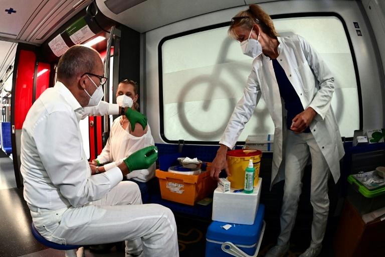 RKI: Bundesweite Sieben-Tage-Inzidenz sinkt leicht auf 82,8 (© 2021 AFP)