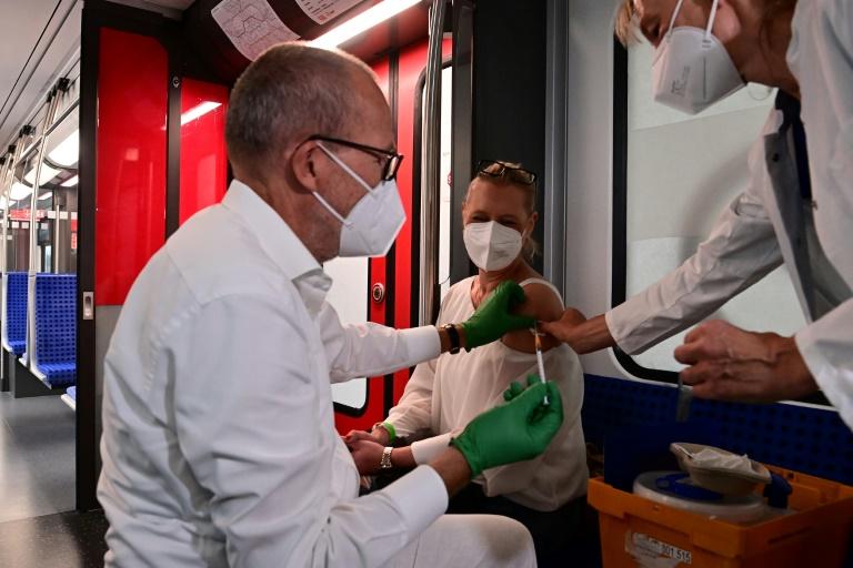 Karliczek mahnt zur Corona-Impfung zum Schutz der Kinder (© 2021 AFP)