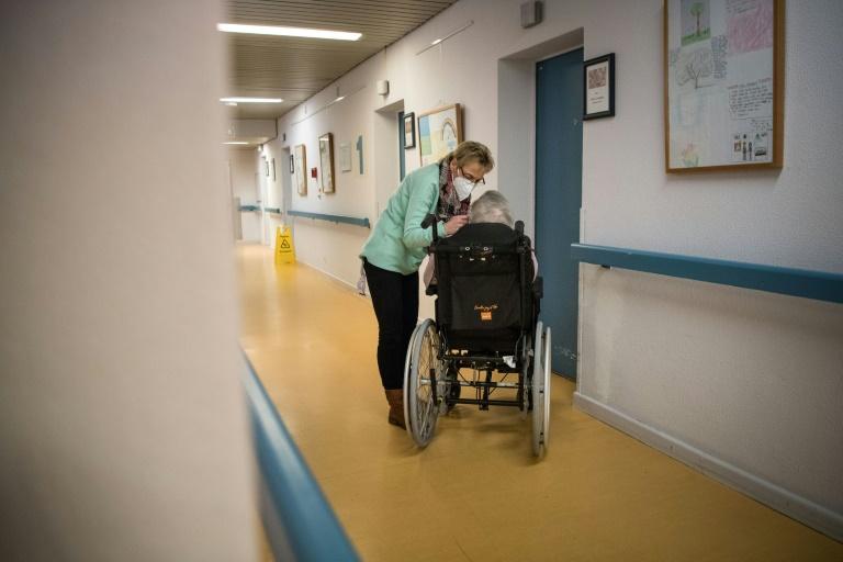 Pflegeunternehmen klagen in Karlsruhe gegen Pflicht zu Zahlung von Tariflöhnen (© 2021 AFP)