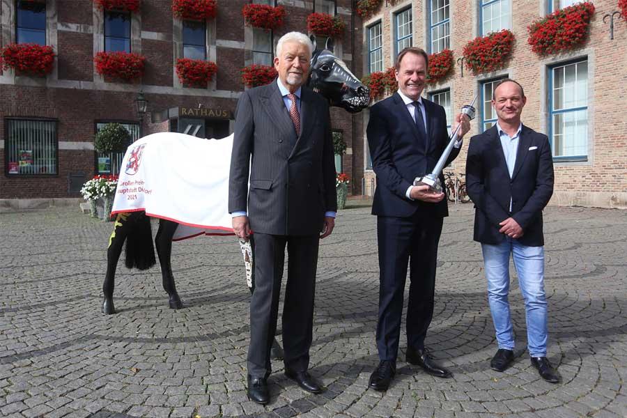 OB Dr. Stephan Keller (2.v.l.), Peter M. Endres (l.) und Galopp-Trainer Sascha Smrczek (Foto: Stadt Düsseldorf/David Young)