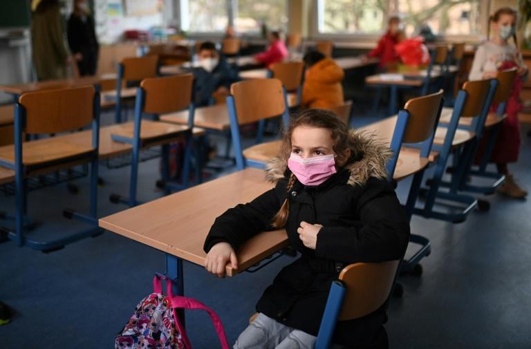 Kinderärzteverband für Ende der Maskenpflicht an Schulen (© 2021 AFP)