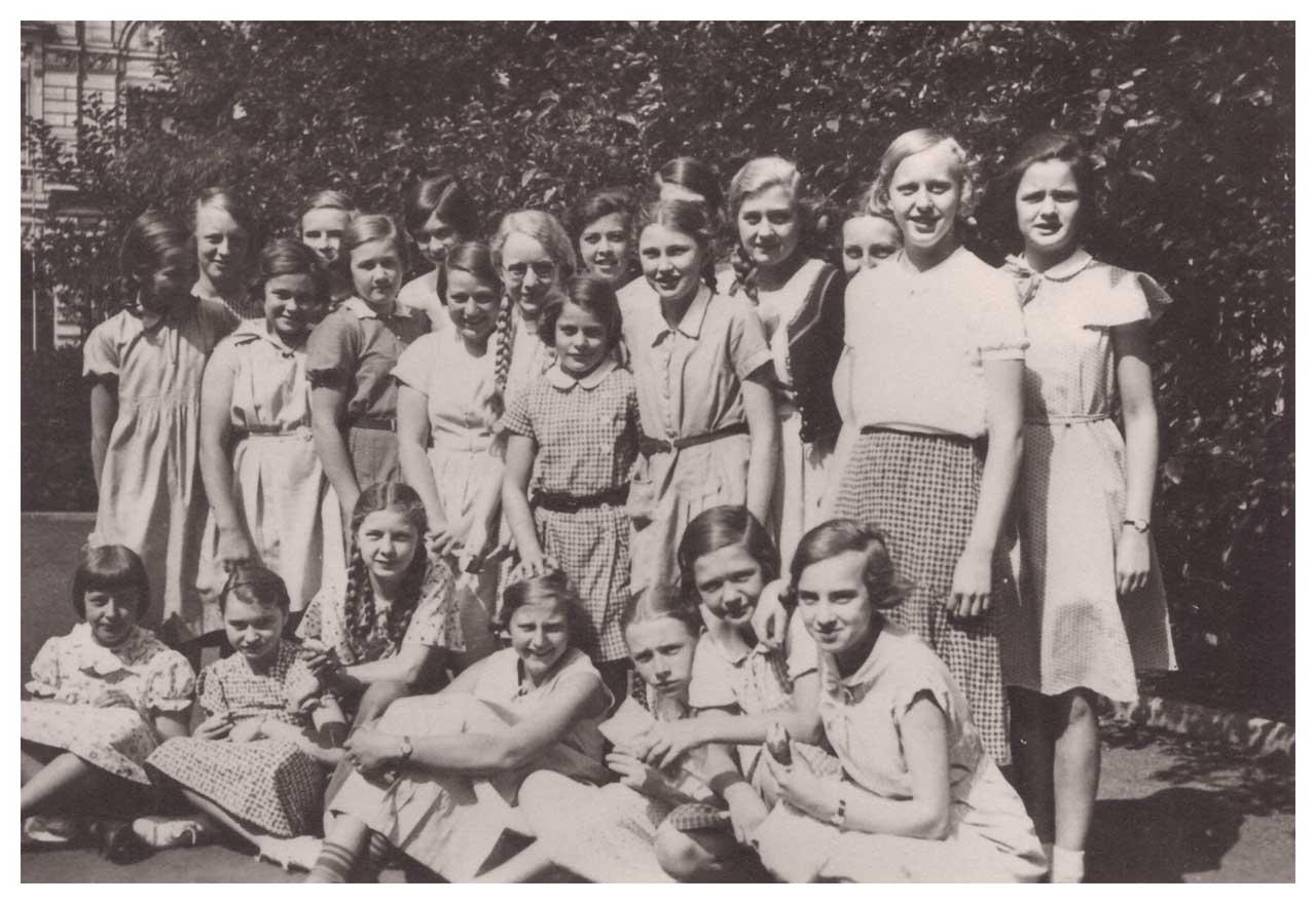Auf dem Pausenhof, Goethe-Lyzeum, Düsseldorf, 1934, Hilde und Milein in der Mitte stehend (Foto: Familie Berckenhoff-Rhode)
