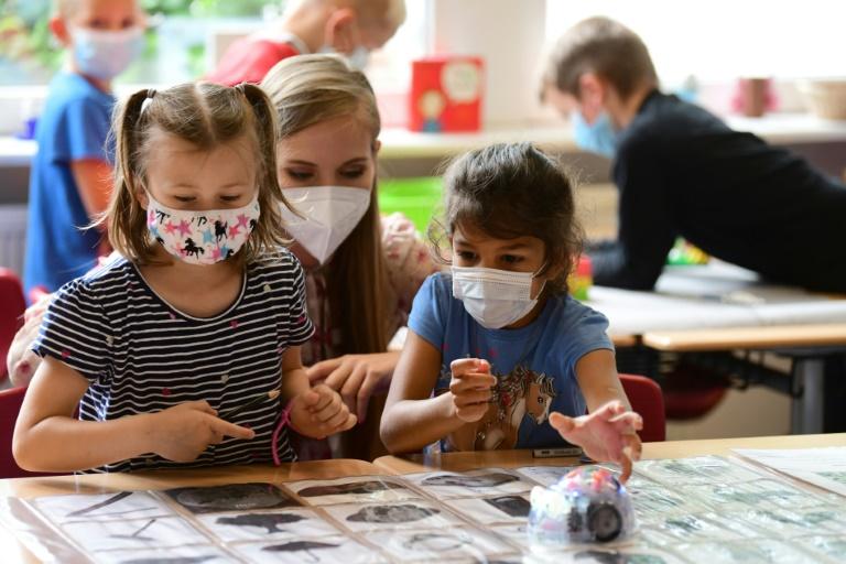 Maskenpflicht in NRW-Schulen soll ab November weitgehend fallen (© 2021 AFP)