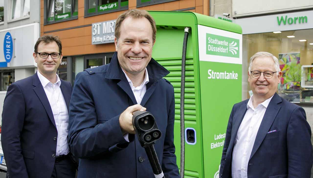 OB Dr. Stephan Keller (M.) mit den Stadtwerke-Vorständen Julien Mounier (l.) und Manfred Abrahams (Foto: Stadtwerke Düsseldorf)