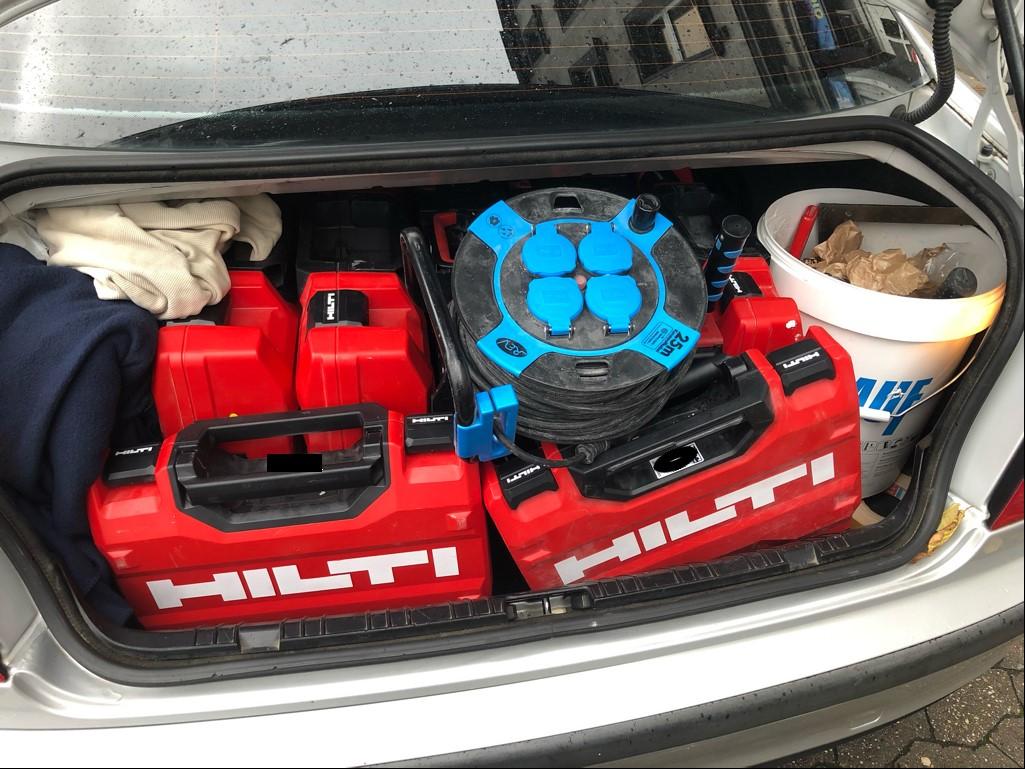 Werkzeugfund im Kofferraum der Tatverdächtigen (Foto: Polizei Düsseldorf)