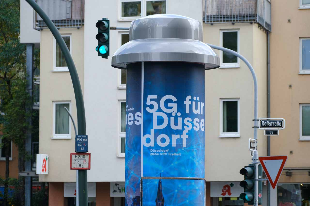 Deutschlands erste 5G-Litfaßsäule steht in Düsseldorf (Foto: Stadt Düsseldorf/Michael Gstettenbauer)