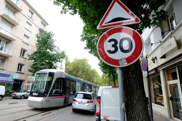Bei zu schnellem Fahren werden deutlich höhere Bußgelder fällig (© 2021 AFP)