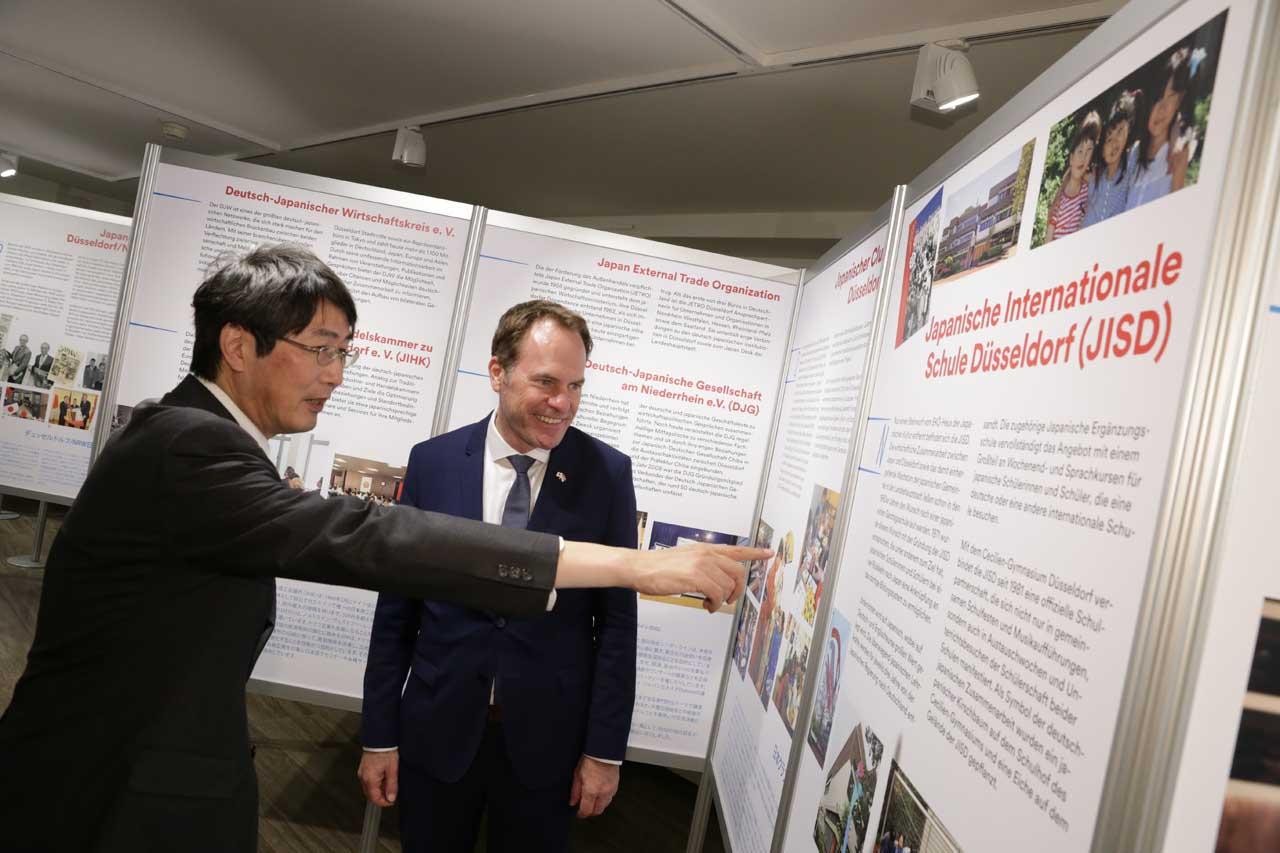 Der japanische Generalkonsul Kiminori Iwama (l.) mit Oberbürgermeister Dr. Stephan Keller (Foto: Stadt Düsseldorf/Ingo Lammert)
