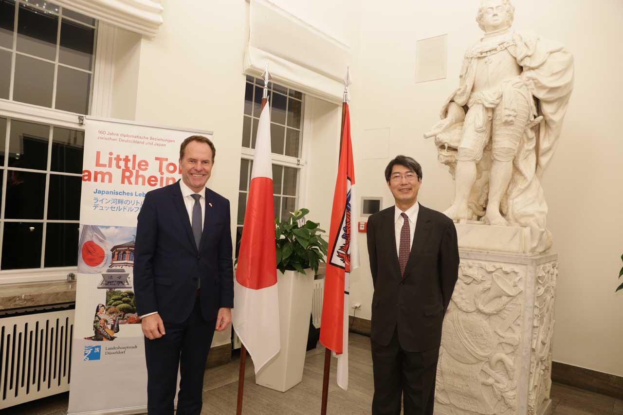 Oberbürgermeister Dr. Stephan Keller (l.) mit dem japanischen Generalkonsul Kiminori Iwama (Foto: Stadt Düsseldorf/Ingo Lammert)