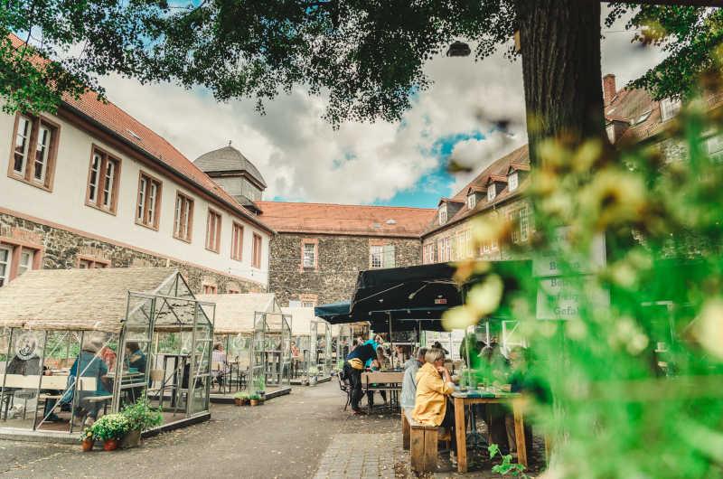 """Die Pop-up-Gastronomie """"Wirtschaft im Hof"""" lockt in den historischen Fronhof. (Foto: David Seeger)"""