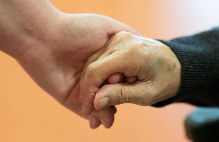 DAK-Report: Zwei Drittel der jungen Menschen bereit zur Pflege von Angehörigen (© 2021 AFP)