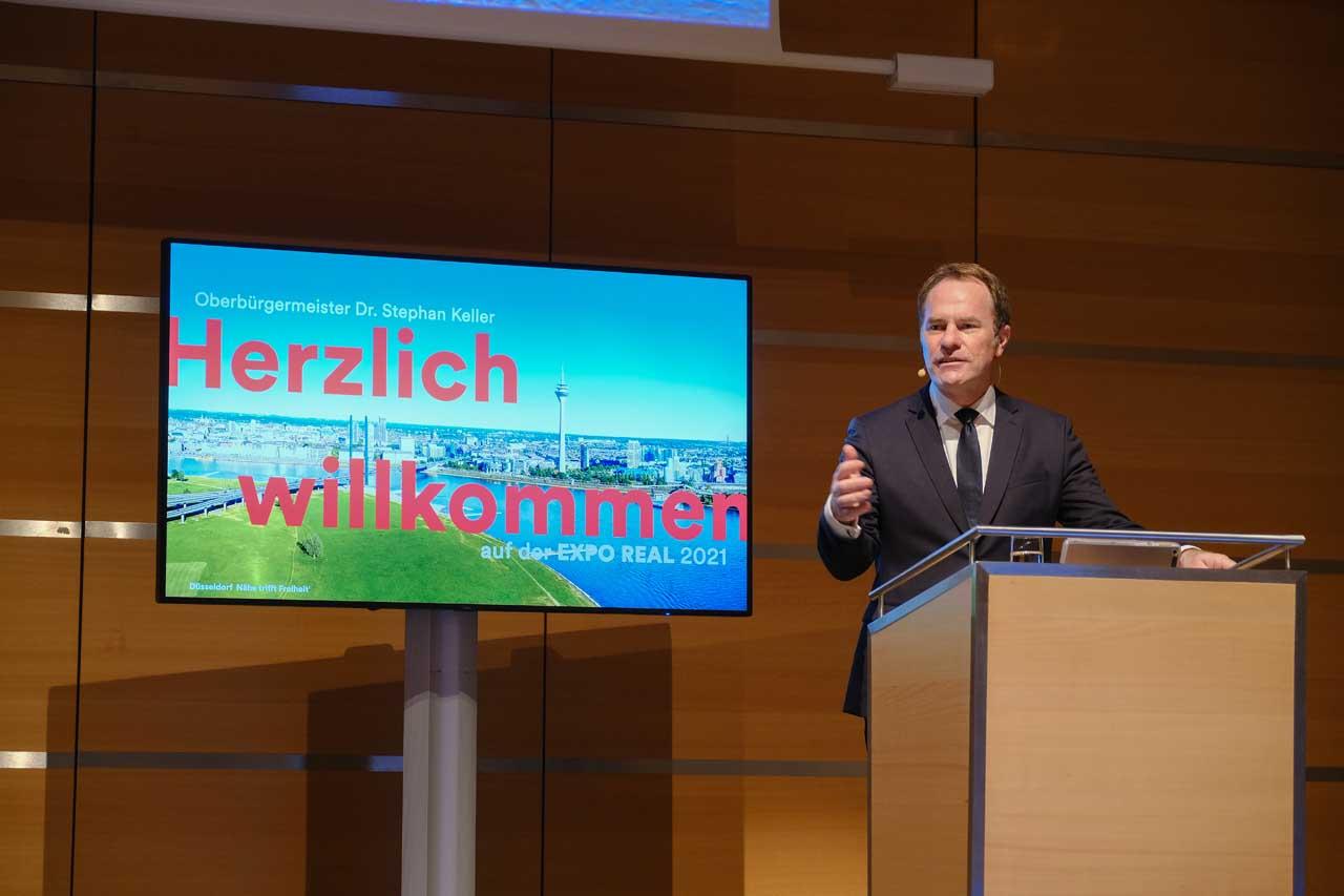 OB Dr. Stephan Keller bei seiner Präsentation am zweiten Messetag auf der Expo Real 2021 in München (Foto: Stadt Düsseldorf/Michael Gstettenbauer)