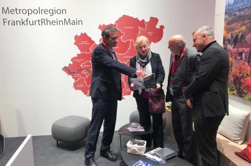 """""""Erika Schulte im Gespräch auf dem Stand der Metropolregion FrankfurtRheinMain"""". (Foto: Stadt Hanau)"""