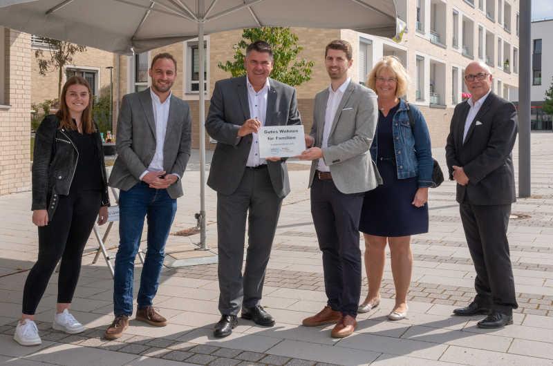 Landrat Mario Löhr  überreichte die Auszeichnung in Selm. (Foto: Michael Heimsath - UKBS)