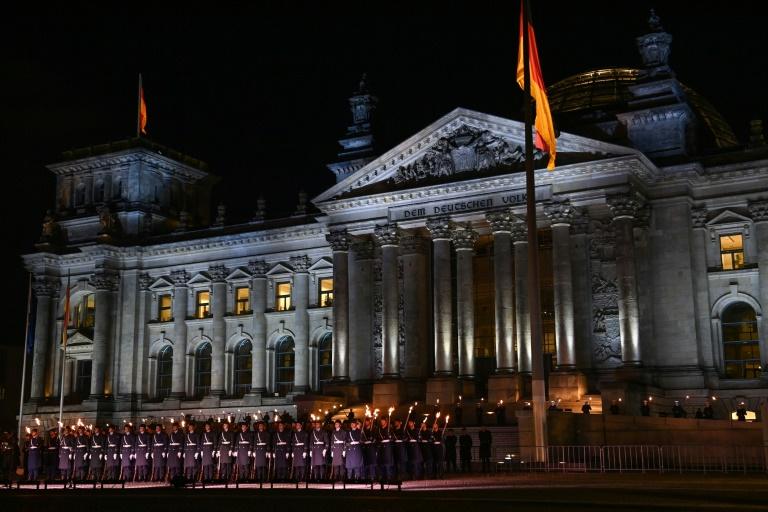 Großer Zapfenstreich vor dem Reichstagsgebäude zu Afghanistan-Einsatz (© 2021 AFP)