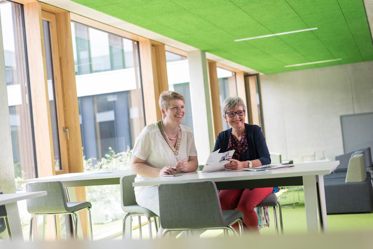 Gleichstellungsbeauftragte Dr. Sandra Laumen (links im Bild) im Gespräch (Foto: Hochschule Niederrhein)