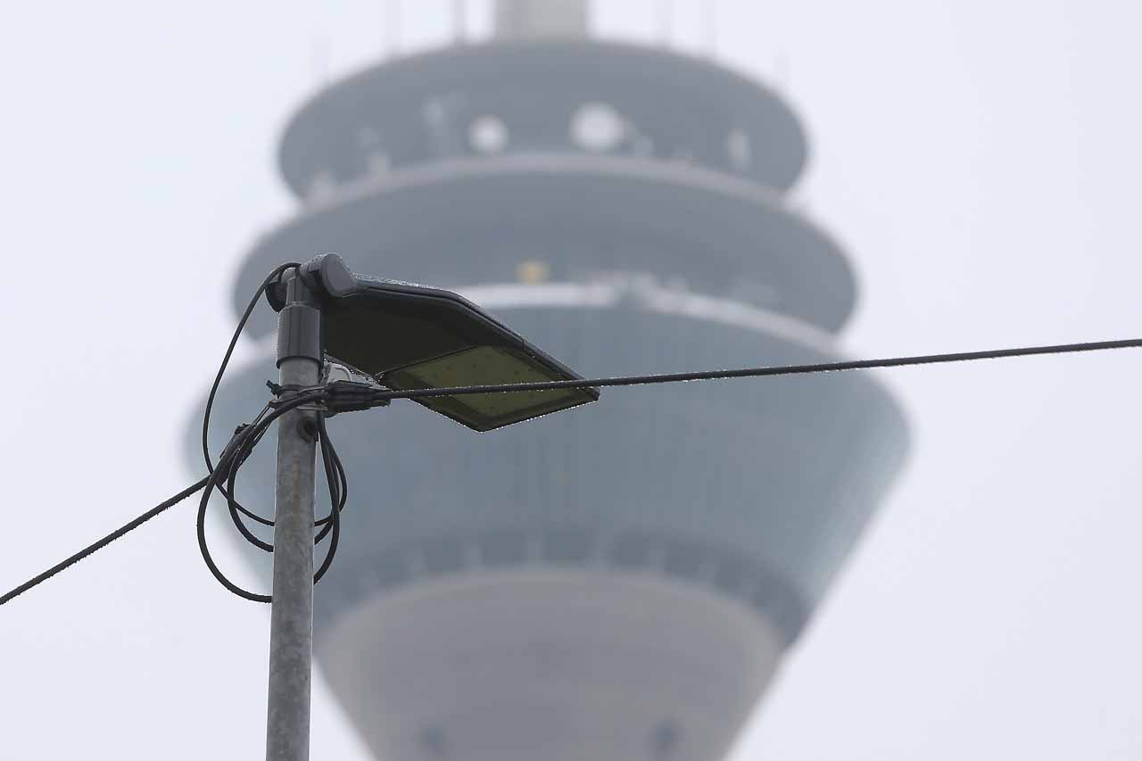 Einer der sechs Lichtmasten, die auf der Dreieckswiese am KIT für mehr Sicherheit sorgen sollen (Foto: Stadt Düsseldorf/David Young)